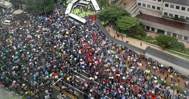 보수단체 회원들이 15일 서울 광화문 광장 일대에서 집회를 하고