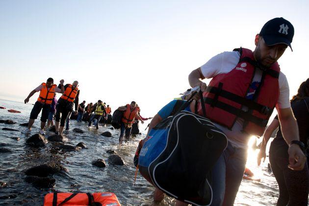 NYT: Η Ελλάδα γυρίζει την πλάτη στους πρόσφυγες, εγκαταλείποντάς τους στη