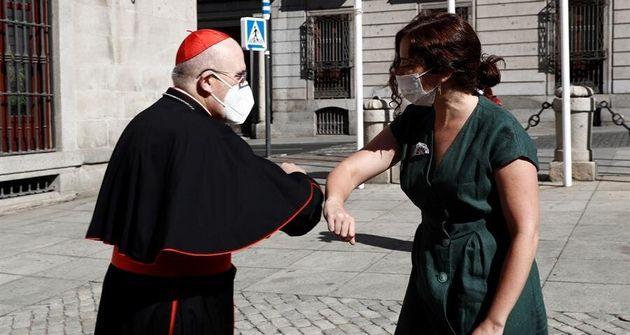 Ayuso choca el codo con el arzobispo de Madrid, Carlos