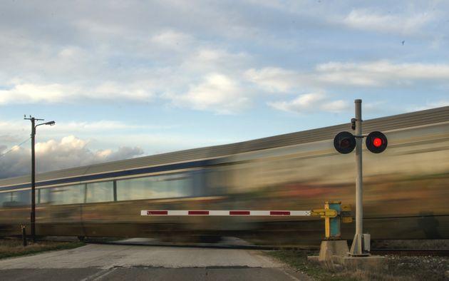 Passaggio a livello guasto: automobilista travolta e uccisa dal treno nel Lodigiano