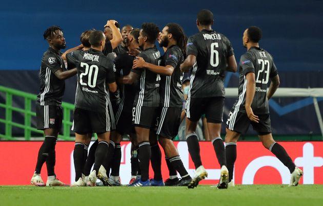 Les joueurs lyonnais se congratulent après leur deuxième but inscrit contre Manchester...
