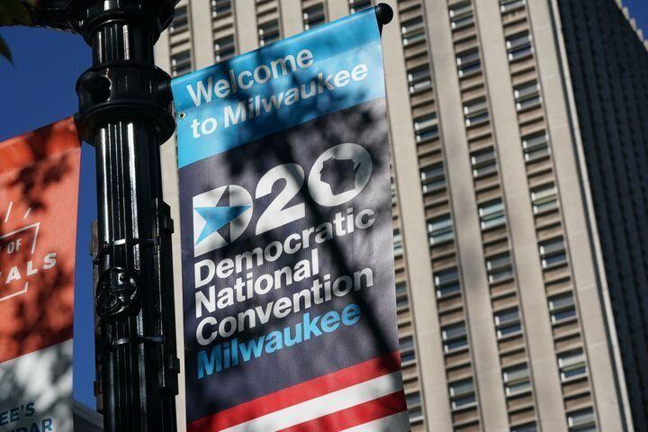 Un panneau annonce la convention démocrate au Wisconsin Center, centre névralgique d'un événement devenu principalement virtuel.