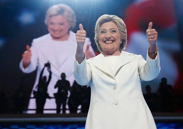 Hillary Clinton, candidate à la présidence, salue le public en montant sur scène le dernier jour de la...