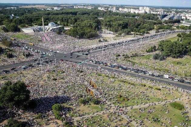 Λευκορωσία: Λαοθάλασσα διαδηλωτών κατά του προέδρου Λουκασένκο στο
