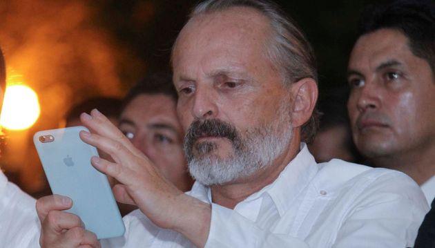 Miguel Bosé mirando su