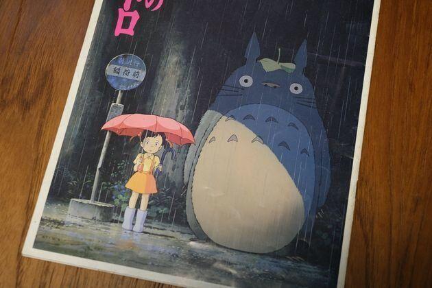 1988年劇場公開時の『となりのトトロ』のパンフレット。ポスターと同じく謎の少女が描かれている(安藤健二撮影)