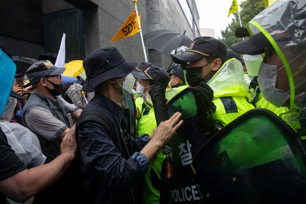 15일 서울 광화문에서 집회 참가자들과 경찰이 대치하고