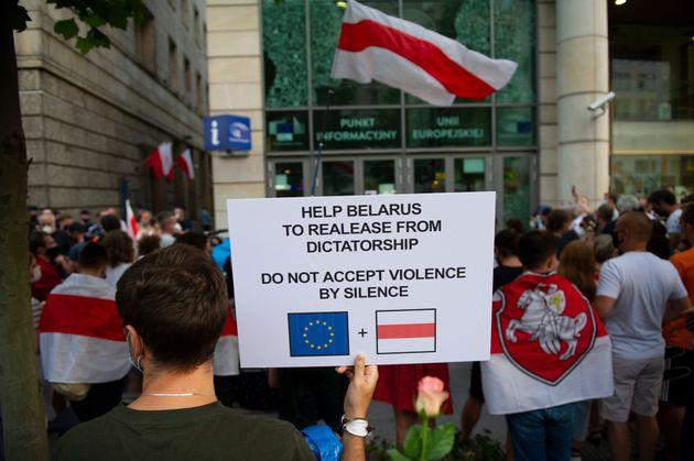 ポーランド・ワルシャワの欧州委員会の建物に数百人が集まり、ベラルーシの抗議する人たちへの団結を示している。
