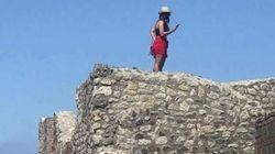 Turista sale sul tetto delle Terme Centrali agli Scavi di Pompei per scattarsi un