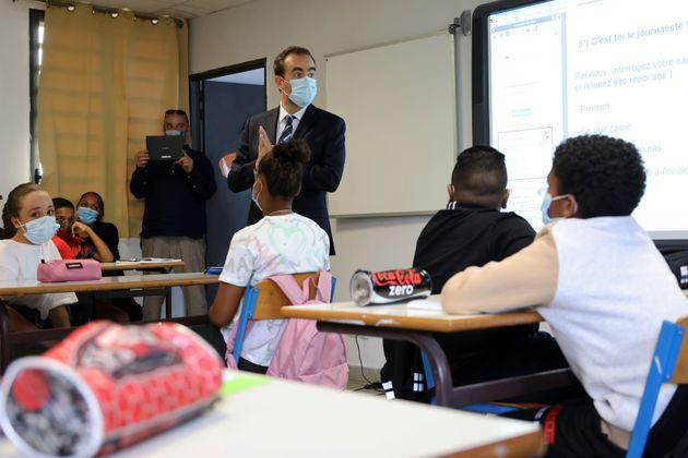 Le ministre des Outre-mer Sébastien Lecornu, ici dans une classe du Port sur l'île de La...