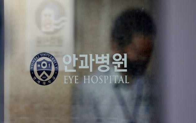 연세대 세브란스병원 소속 간호사가 코로나19 확진 판정을 받아 18일 오전 서울 서대문구 신촌 세브란스 안과병원이 폐쇄되어