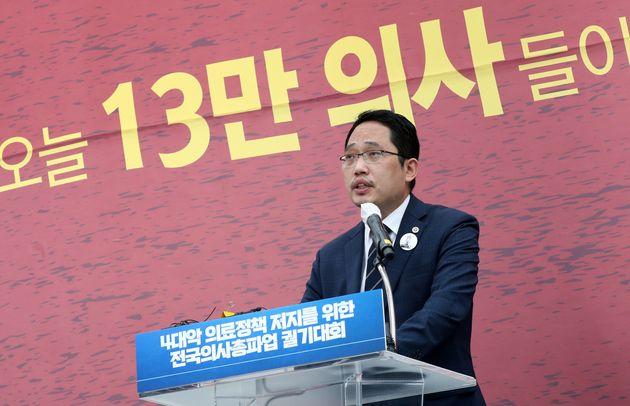 (자료사진) 최대집 대한의사협회 회장이 서울 영등포구 여의대로에서 열린 '4대 악(惡) 의료 정책 저지를 위한 전국의사총파업 궐기대회'에서 대회사를 하고 있다.
