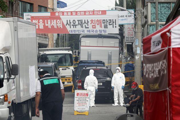 18일 오전 서울 성북구 사랑제일교회 앞을 방역 관계자들이 오가고