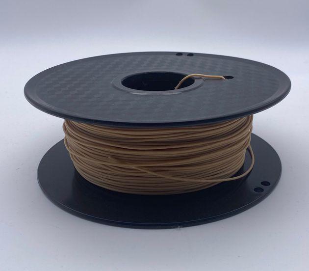 アイスの容器とスプーンで使用した3Dプリンター用の材料。木の粉が配合されている