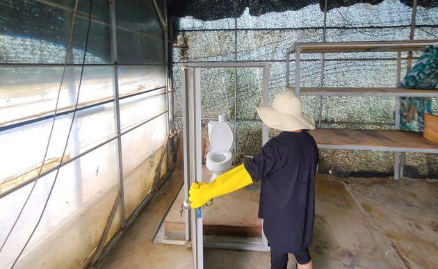 11일 기록적인 폭우로 큰 피해를 입은 전남 구례군 구례읍의 한 마을에서 한 주민이 침수로 인해 비닐하우스 내 문만 남은 화장실을 보며 허탈해 하고