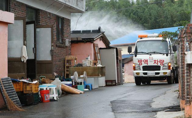 11일 기록적인 폭우로 큰 피해를 입은 전남 구례군 구례읍의 한 마을에서 군청관계자가 방역작업을 하고