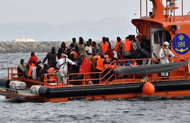 Un grupo de migrantes rescatados por Salvamento Marítimo en