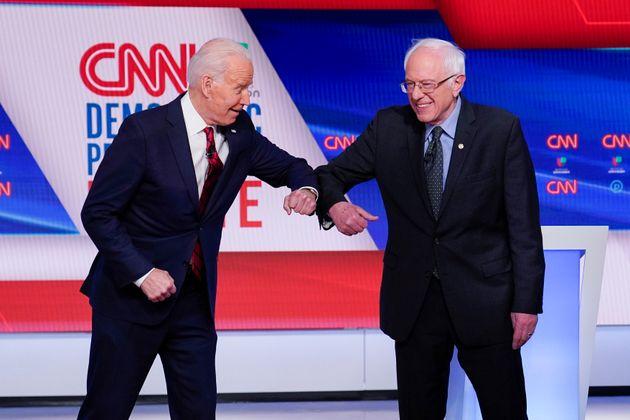 (자료사진) 2020 민주당 대선후보 경선 TV토론에서 인사를 주고 받는 조 바이든과 버니