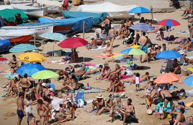 Varias personas disfrutan de un día de playa en Costa