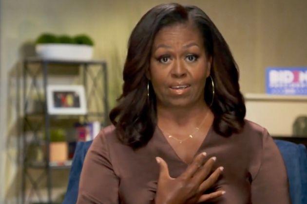 Michelle Obama indossa una catenina con scritto