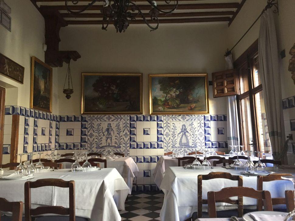 Το εσωτερικό του εστιατορίου Sobrino de Botín που βρίσκεται στην καρδιά της Μαδρίτης. Άνοιξε το 1725 και σύμφωνα με το Βιβλίο Ρεκόρ Γκίνες είναι το παλαιότερο εσταιτόριο του κόσμου. Το περιοδικό Forbes του έχει δώσει την τρίτη θέση στην λίστα με τα 10 καλύτερα κλασικά εστιατόρια του κόσμου.