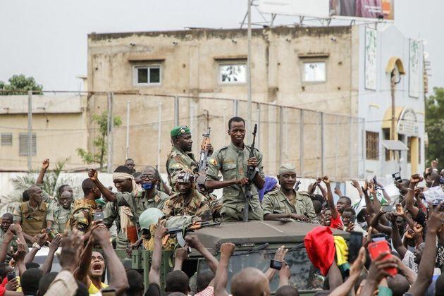 Des militaires des Forces armées maliennes (FAMA) défilent sur le Square de l'Indépendance...