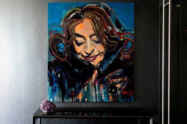 Το πορτραίτο της Ζάχα Χαντίντ στο Sky Lounge του One Thousand Museum. Το κτίριο ολοκληρώθηκε μετά τον θάνατό της.