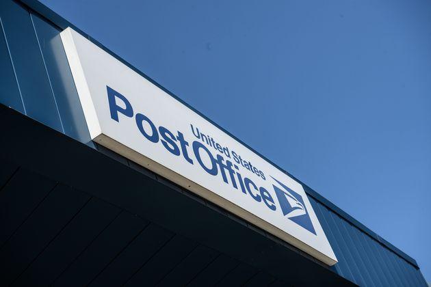 Le patron de la poste américaine suspend les réformes