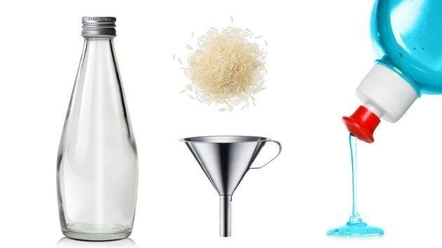 Ingredientes para limpiar una botella de agua de cristal.