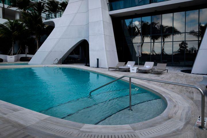 Η εξωτερική πισίνα.