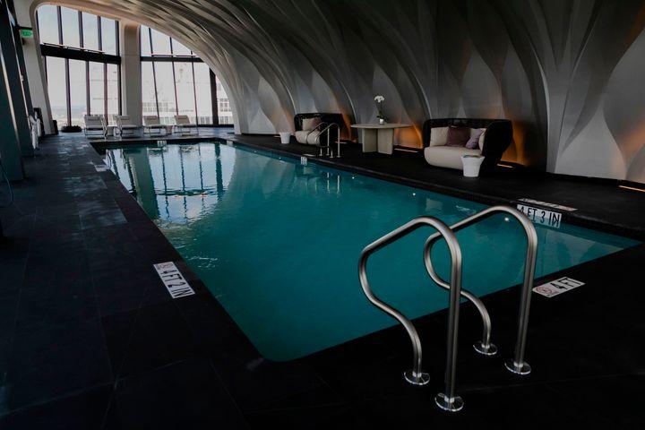 Και η εσωτερική πισίνα.
