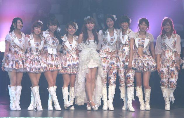 パンツスタイルの秋元さん(右から4番目・2013年4月27日撮影)