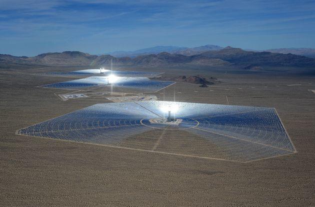 La centrale solaire Ivanpah Solar Electric Generating System dans le désert de Mojave en Californie....