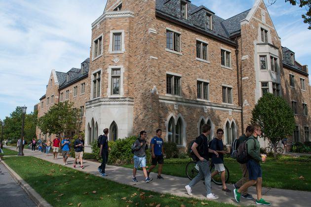 新型コロナウイルスの感染者数の増加を受け、対面授業を再び中止したアメリカ・インディアナ州のノートルダム大学