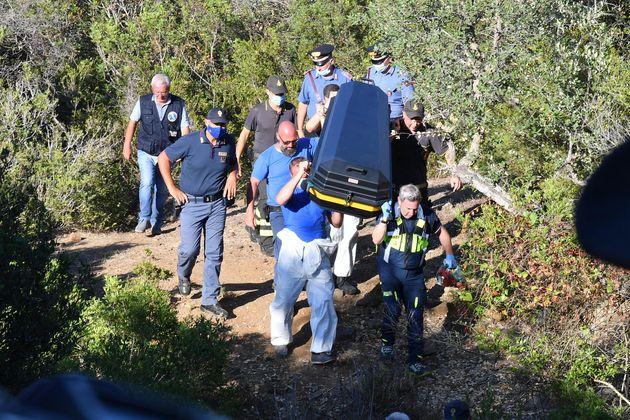La bara con i resti che potrebbero appartenere al piccolo Gioele Mondello viene portata a spalla fuori...