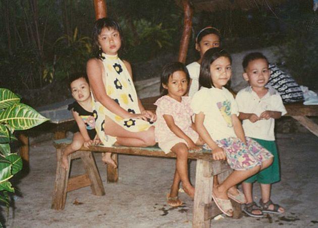 左から2人目が8歳頃の秋元さん。フィリピンにて