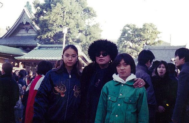 14歳頃。母(中央)・弟(右)と