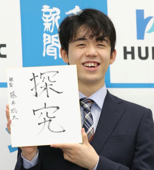 初タイトル獲得から一夜明け、色紙を手に笑顔の藤井聡太棋聖=7月17日、大阪市