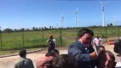 Bolsonaro levanta en brazos a una persona con enanismo creyendo que se trataba de un