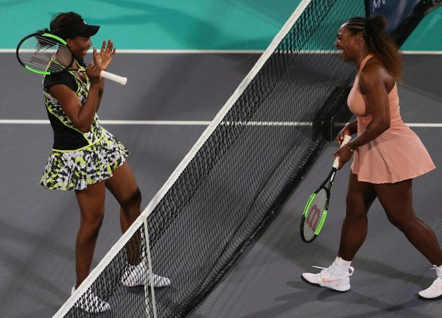 Venus Williams, à gauche, et sa soeur Serena, à droite, à la fin d'un match les opposant en