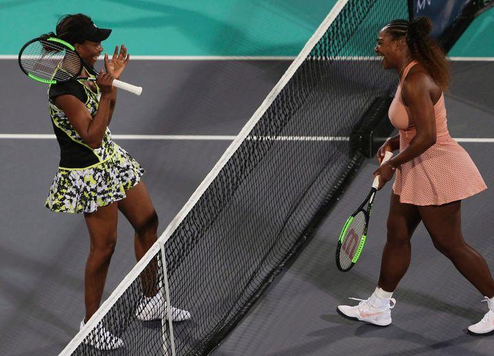 Venus Williams, à gauche, et sa soeur Serena, à droite, à la fin d'un match les opposant en 2018.