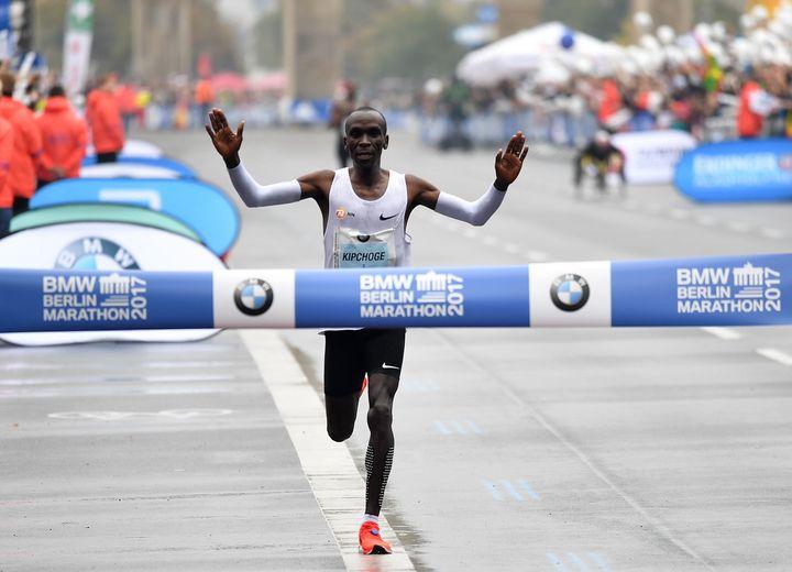 Le Kenyan EliudKipchoge traverse la ligne d'arrivée du marathon de Berlin en septembre 2017.