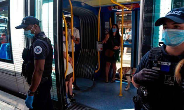 Les policiers (ici dans les transports en commun de Lyon le 14 août) sont désormais obligés...
