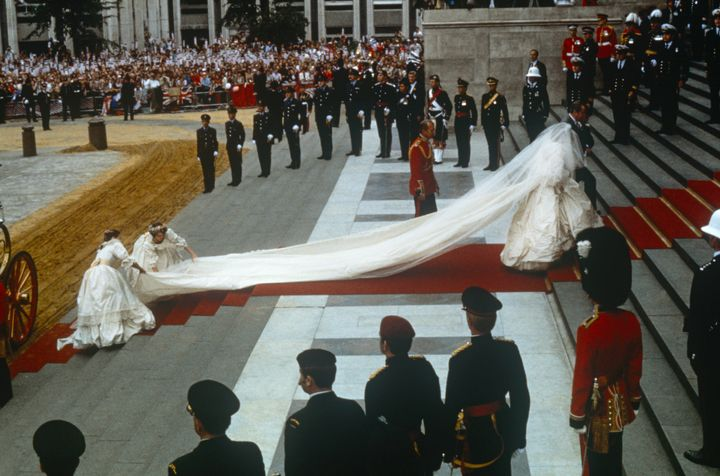 Diana de Gales, en la puerta de la catedral de Saint Paul el día de su boda con Carlos de Inglaterra el 29 de julio de 1981.