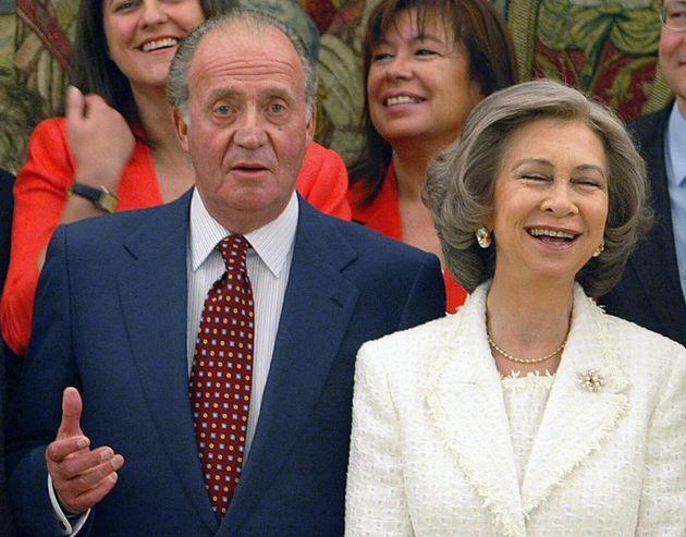 El rey Juan Carlos I y la reina Sofía en un acto con ministros del Gobierno de José Luis Rodríguez Zapatero,...