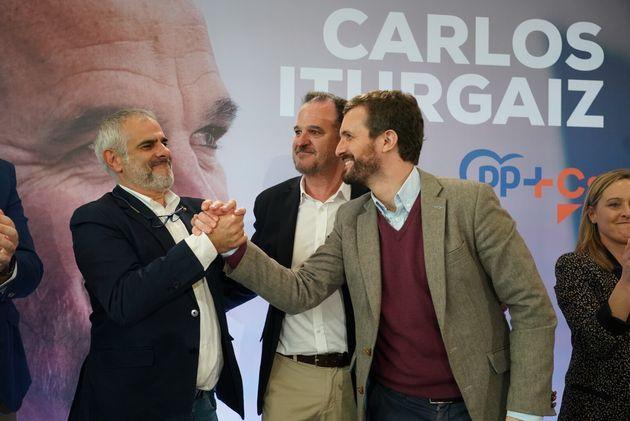 Carrizosa estrecha la mano de Casado en Vizcaya el pasado 7 de marzo bajo la mirada de Carlos Iturgaiz...