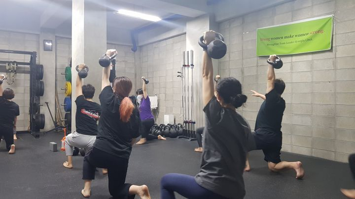 '파워존'은 케틀벨, 바벨, 바디웨이트 운동으로 근력을 향상시키는 체육관이다. 이날 수업은 90분 동안 진행됐는데, 다들 지치지 않고 시종일관 '파이팅'이 넘쳤다. 이곳의 성비는 남자 2, 여자 8로 30대 여성이 많은 게 특징이다.