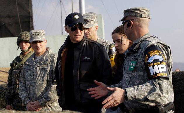 (자료사진) 부통령 시절 비무장지대를 방문해 군 관계자로부터 브리핑을 받고 있는 조 바이든. 2013년