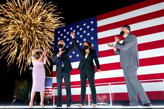 조 바이든과 그의 아내 질 바이든, 부통령 후보인 카말라 해리스와 그의 남편 더글러스 엠호프가 나흘 동안 이어진 전당대회를 마무리하며 함께 인사하고 있다. 2020년