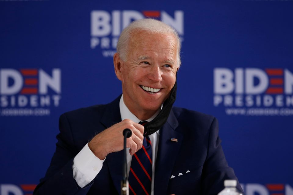 (자료사진) 조 바이든이 경제활동 재개에 관한 지역주민들과의 간담회에서 웃음을 지어보이고 있다. 필라델피아, 펜실베이니아주. 2020년